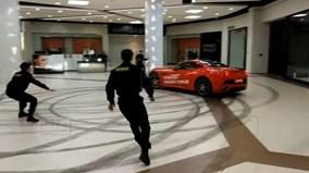 """Lái siêu xe Ferrari California vào trung tâm thương mại để """"đốt lốp"""""""