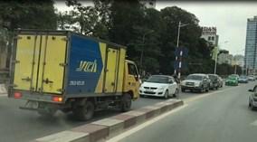 Đi ngược chiều, tài xế xe tải bắt ô tô đối diện tránh đường