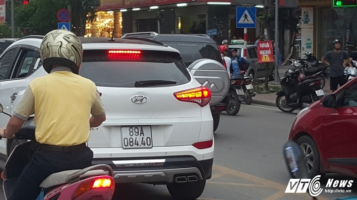 Hinh anh Video: Di vao lan BRT nguoi tren o to hung hang danh lai xe may 4