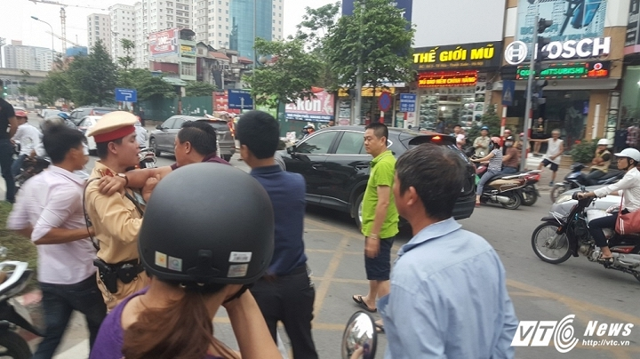 Hinh anh Video: Di vao lan BRT nguoi tren o to hung hang danh lai xe may 5