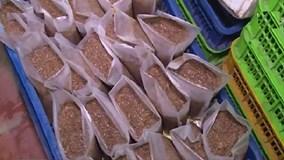 Bắt giữ hơn 7 tấn gạch cua trộn hóa chất ở Hà Nội