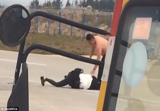 Vợ chồng đánh nhau trên đường băng, máy bay trễ chuyến - Ảnh 2.