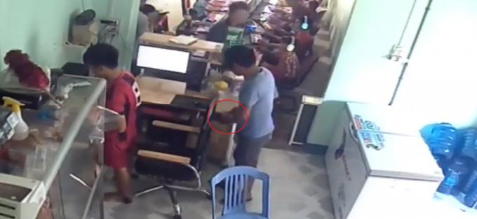 Nam thanh niên bị phát hiện khi đang thò tay vào ngăn kéo.