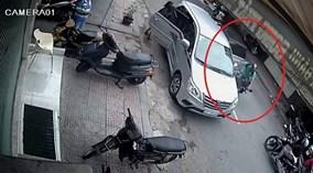 """""""Ông Tây"""" mở cửa Innova bất cẩn khiến người đi xe máy gặp tai nạn"""