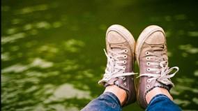 Mẹo làm khô giày nhanh chóng khi dính mưa