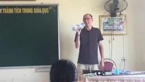 Thầy giáo Tây 'đốn tim' dân mạng với ngẫu hứng 'Cơn mưa tình yêu'
