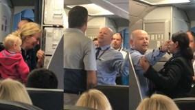 Tiếp viên hãng American Airlines xô xát với nữ hành khách bế con nhỏ