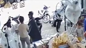 Video trộm ví trong cốp xe trước mặt người bán hàng