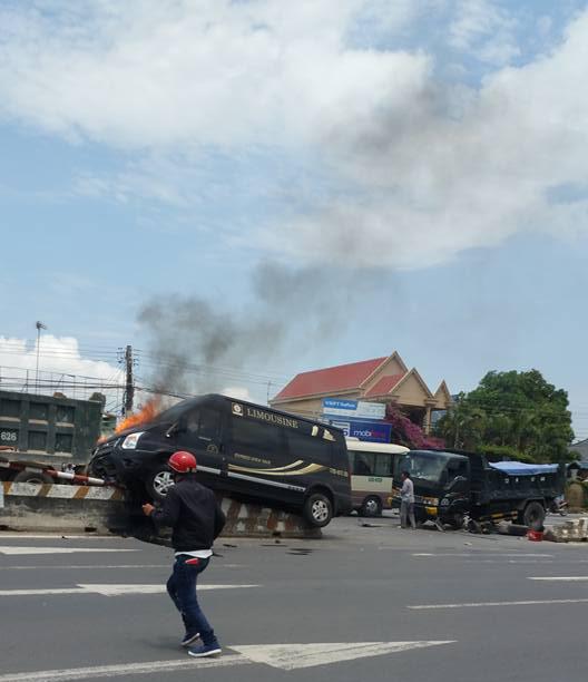 Xe khách Limousine đã lao lên nằm gọn trên dải phân cách và bốc cháy