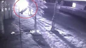 Xe máy sang đường kiểu tự sát, gây tai nạn thảm khốc trong đêm