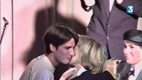 Ứng viên tổng thống Pháp thơm má cô giáo lúc 15 tuổi