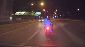 Cảnh sát truy đuổi và húc thẳng vào BMW S1000RR như phim hành động
