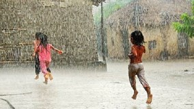 Người dân nên tránh tiếp xúc trực tiếp với nước mưa đầu mùa