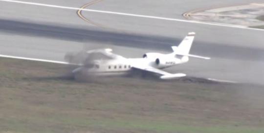 Cận cảnh máy bay rớt bánh hạ cánh tóe lửa - Ảnh 2.