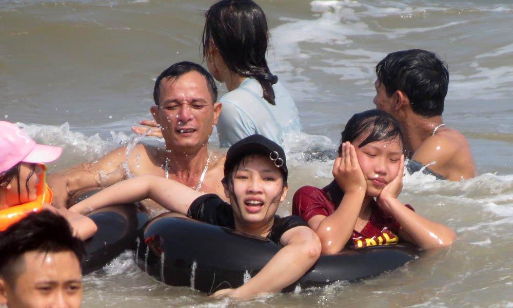 bãi biển Sầm Sơn, hình xăm, cô gái, du khách, biển Sầm Sơn
