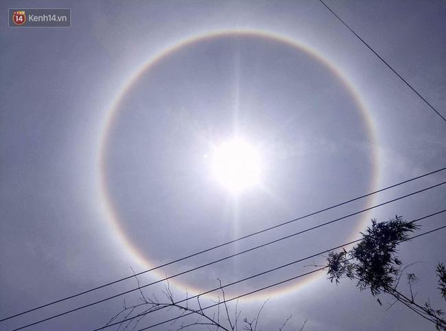 Mặt trời với vòng hào quang kỳ lạ xuất hiện ở Huế khiến người dân xôn xao - Ảnh 1.