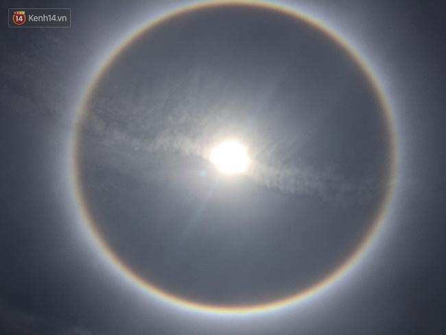 Mặt trời với vòng hào quang kỳ lạ xuất hiện ở Huế khiến người dân xôn xao - Ảnh 3.