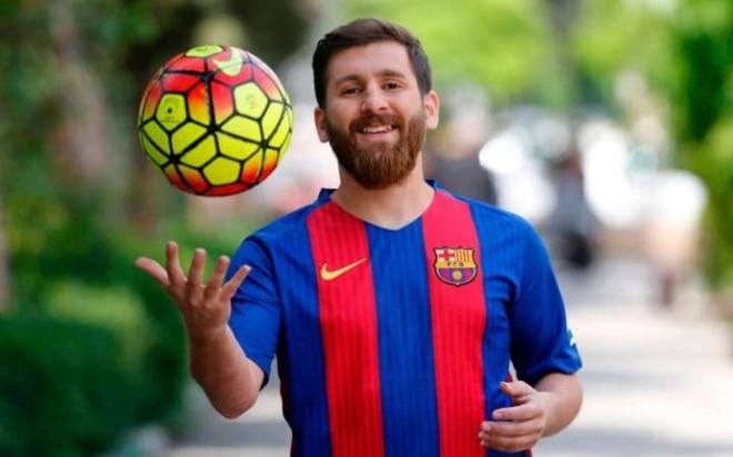 Chang trai bi dua den don canh sat vi qua giong Messi hinh anh 3