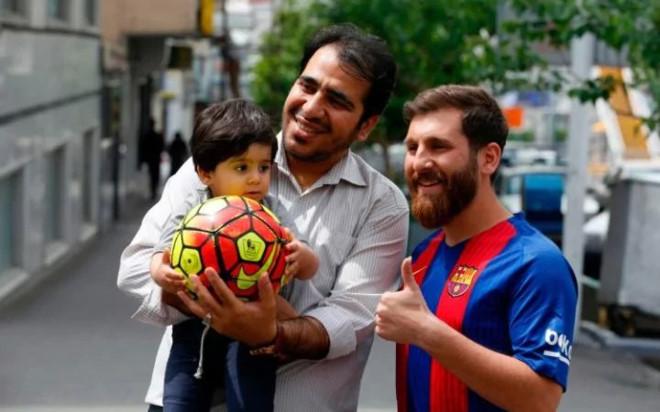Chang trai bi dua den don canh sat vi qua giong Messi hinh anh 4