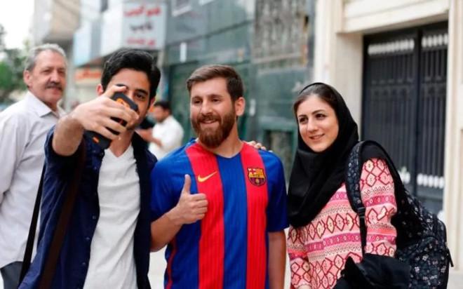 Chang trai bi dua den don canh sat vi qua giong Messi hinh anh 1