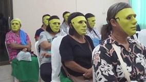 Phụ nữ Thái Lan đeo mặt nạ bí ẩn đi khám ung thư vú