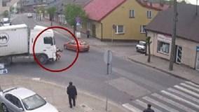Ba Lan: Truy tìm phụ nữ thoát chết kỳ diệu sau tai nạn với xe tải