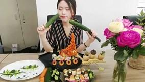 'Chị đại văn phòng' mở đại tiệc sushi, làm băng chuyền mời cả phòng ăn cùng