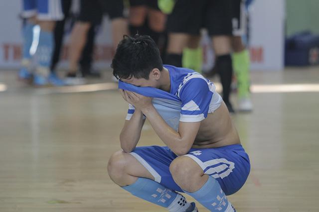 Nỗi buồn của cầu thủ đội GTVT sau trận đấu chung kết Giải futsal sinh viên