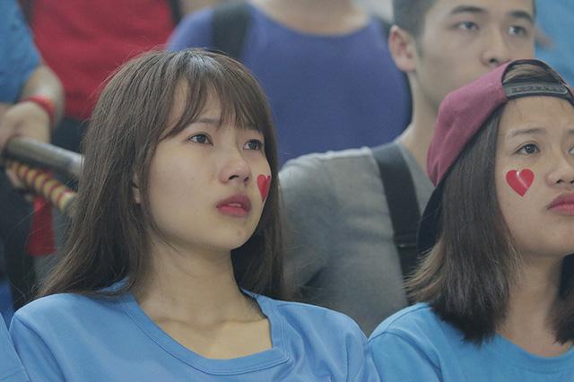 Giây phút Bách khoa hân hoan ăn mừng chức Vô địch cũng là thời điểm các cầu thủ và khán giả GTVT lặng lẽ rơi nước mắt tiếc nuối.