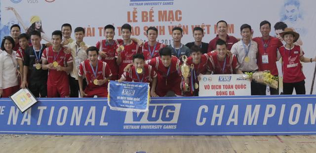 Đội futsal Bách khoa nhận huy chương và cúp vàng ngay sau khi trận đấu kết thúc.