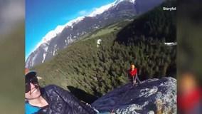 Cô gái tạo dáng đủ tư thế trên mỏm đá chật hẹp cao 91 m