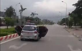 Taxi mở bung hai cửa lao vun vút trên đường
