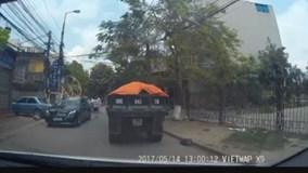 Sau va chạm, nhóm côn đồ đi xe Mercedes đánh lái xe máy dã man