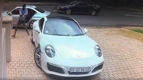 Chủ nhân Porsche 911 nhanh chân chạy thoát tên cướp cầm súng uy hiếp