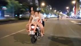 Hoảng hồn cảnh người phụ nữ để 2 trẻ 'diễn xiếc' trên xe máy