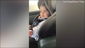 Bé gái 'quẩy' theo đúng điệu nhạc khi đang ngồi trong ôtô