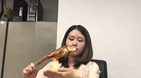 Thánh ăn công sở' nướng cá trên tay phừng lửa gây sốc