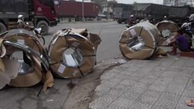 Hàng chục tấn tôn rơi từ xe đầu kéo xuống đường