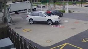 Cô gái phi mình lên nắp capo chặn đứng tên trộm ôtô