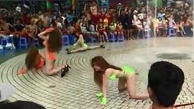 Dàn chân dài mặc bikini nhảy nhót phản cảm trước hàng trăm trẻ em