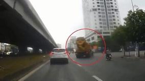 Xe máy hút chết trước mũi xe bồn trên phố Hà Nội