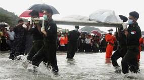 Toàn cảnh tìm kiếm thi thể nạn nhân và trục vớt máy bay rơi ở Myanmar
