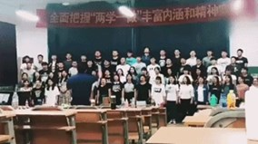 """Học sinh đang hát tập thể thì đột ngột """"biến mất"""" vì sập sàn"""
