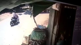 Đôi vợ chồng bay khỏi xe máy sau cú tông cực mạnh vào xe tải