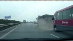 """Xe khách bất ngờ """"vọt"""" lên đâm mạnh đuôi xe tải"""