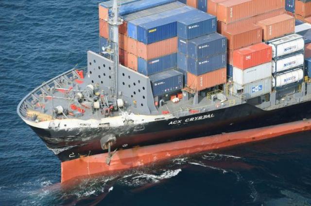 Tàu hàng cũng bị hư hại sau va chạm. (Ảnh: Reuters)