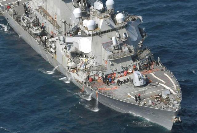 Nước tràn vào tàu khu trục Mỹ sau vụ va chạm, song con tàu không có nguy cơ bị chìm. (Ảnh: Reuters)