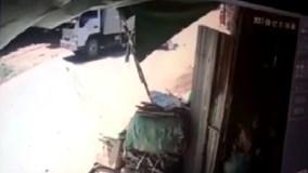 Hai vợ chồng phóng như bay lao thẳng vào xe tải, ngã văng