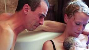 Khoảnh khắc chồng cùng vợ vượt cạn đón em bé chào đời gây xúc động