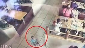 Ba mẹ ngồi ngay trước mặt, bé trai 22 tháng tuổi vẫn bị bắt cóc